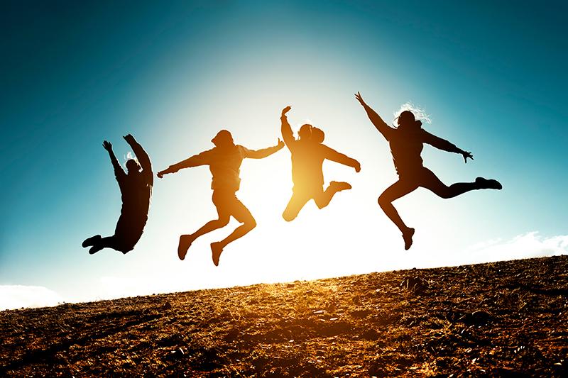 Fire silhuetter hopper til anderledes teambuilding.