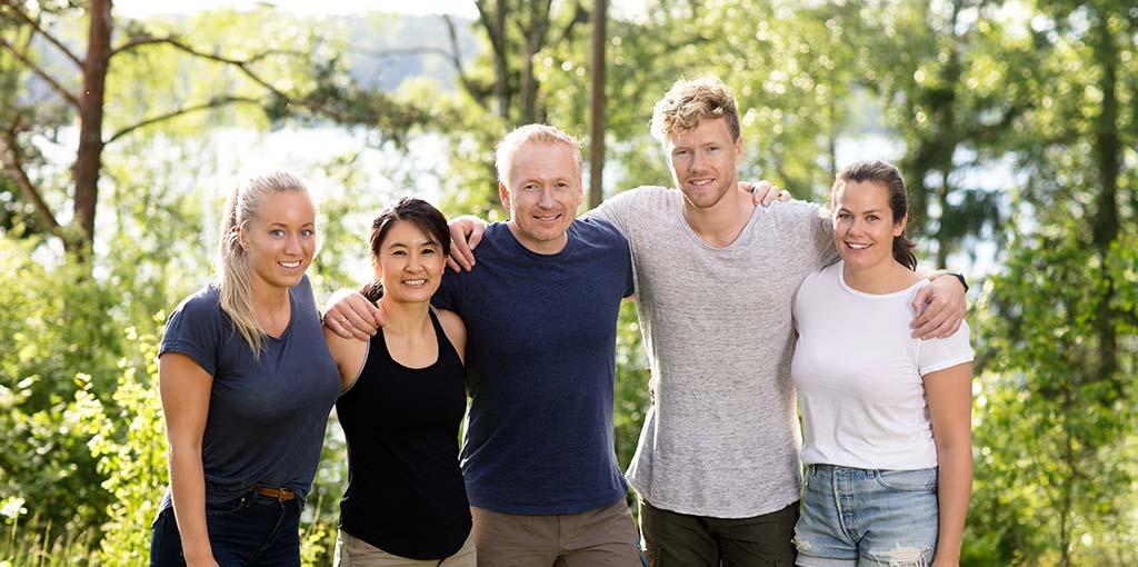 hvad er teambuilding | 5 mennesker i skoven til teambuilding
