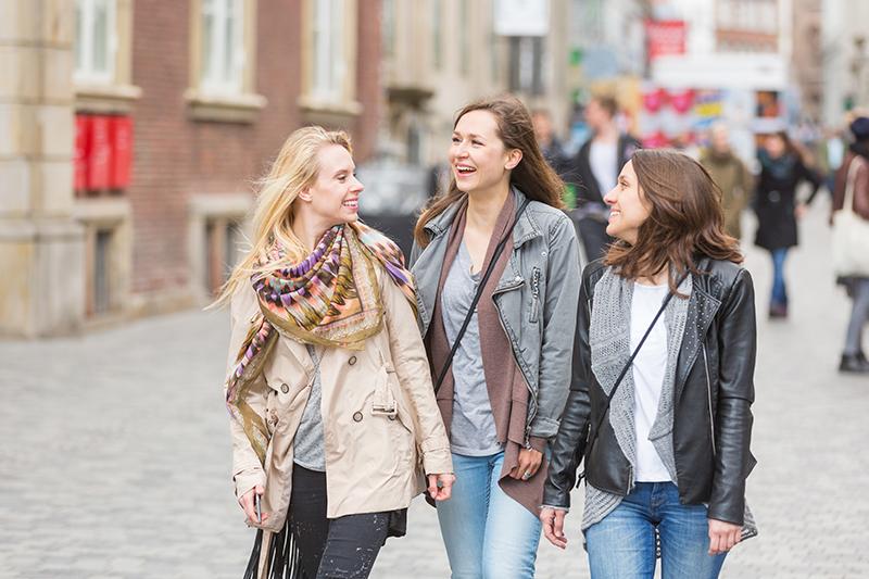 Tre glade kvinder til et lokalt firmaevent.