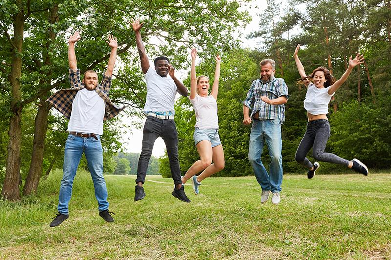 Glade mennesker hopper til sjov teambuilding