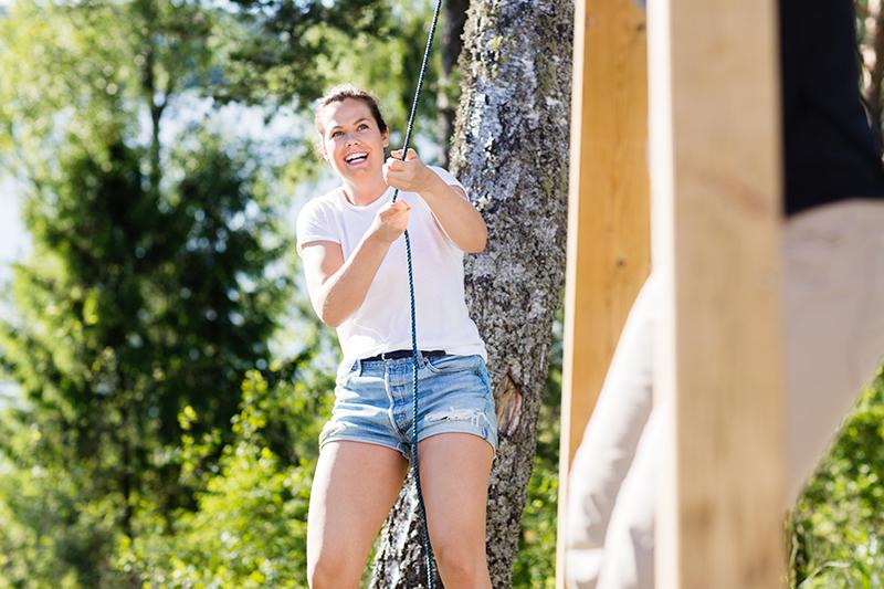 Smilende kvinde til teambuilding i Nordsjælland.