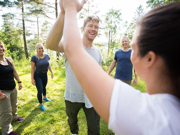 Glade mennesker til teambuilding med fokus på samarbejde.