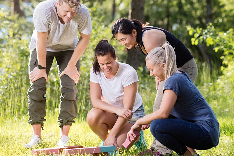 Fire mennesker løser opgaver til teambuilding på Sjælland.